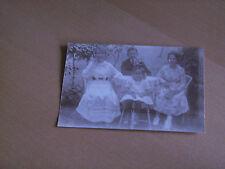 Foto AK 11K509 2 Damen mit Jungen und süßem Mädchen am Tisch