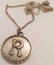 """collier grande médaille lettre """"R"""" argenté rodié travaillé en relief 354"""