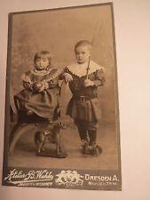 Dresden - 2 kleine Kinder - Mädchen & Junge - Spielzeug Ball Pferde Peitsche CDV