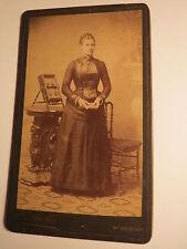 Wiener Neustadt - stehende junge Frau Zopf Stuhl Kulisse Fotoalbum Ständer / CDV