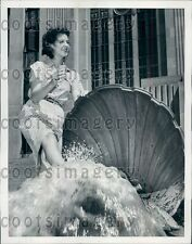 1940 Kansas City Woman Cools Her Feet in Fountain City Hall Press Photo
