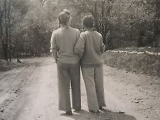 VINTAGE ANTIQUE AMERICAN ARTISTIC LADIES ARM IN ARM FUTURE LESBIAN INT OLD PHOTO