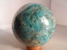 sphère en apatite bleue de 0.700 kg diametre 7.5 cm de Madagascar 2a6