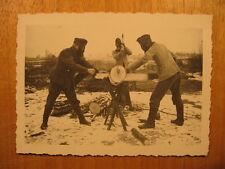 1939 altes Foto Soldaten beim Holzhacken mit Gasmaske