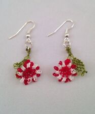 Ago fatto a mano pizzo uncinetto Dangle Earrings RED FLOWERS WTH Foglia Verde Dettagli