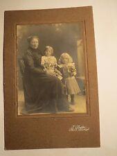Markt Oberdorf - sitzende Frau & 2 Kinder - Mädchen - Portrait / KAB