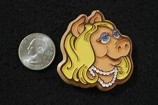 Vintage The Muppets Miss Piggy In Pearls Plastic Hat Lapel Pin #3899