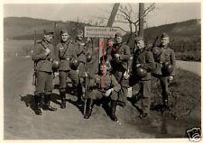 13701/ Originalfoto 6x9cm, Soldaten vor Schild Warzenbach/ Brungershausen