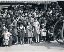 JAPON c. 1950 - Kobe Waiting for a Parade - Ph. Galloway - GF 47