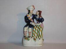 Staffordshire Figura de reverso plano. pareja escocés acusando sentado.