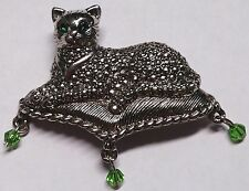 ADORABLE AVON SILVERTONE MARCASITE CAT ON PILLOW BROOCH / PIN W/GREEN STONE EYES