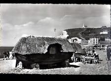 ETRETAT (76) BARQUE de PLAGE avec TOIT de CHAUME animé en 1950