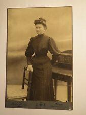 Wien - 1908 - stehende junge Frau im Kleid - Stuhl - Kulisse / KAB