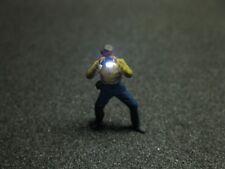 F55 - H0 Fotograf mit LED Beleuchtung Junger Mann Figur 1:87