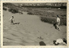PHOTO ANCIENNE - VINTAGE SNAPSHOT - SPORT BADMINTON PLAGE SABLE JEU - BEACH GAME