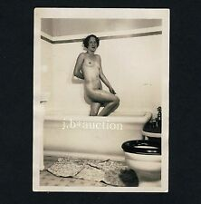 NATURAL NUDE WOMAN IN BATH TUB / NACKTE FRAU IM BAD * Vintage 40s Amateur Photo
