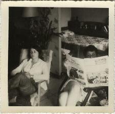 PHOTO ANCIENNE - VINTAGE SNAPSHOT - JOURNAL LECTURE DÉTENTE REPOS - READING