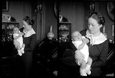 Jeune Femme & bébé intérieur - Ancien négatif photo an 1930