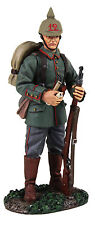 BRITAINS SOLDIERS WW1 GERMAN STANDING WITH PIPE -23082 METAL MILITARY 1.32 SCALE