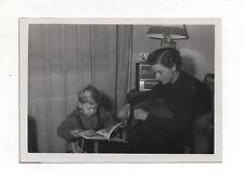 PHOTO - Snapshot Vintage - Lecture Livre Enfant Mère Radio Vers 1950-1960