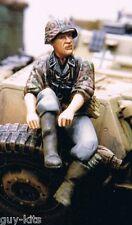 Soldat Allemand chaussant une botte - Figurine résine WOLF 1/35 Réf. WAW21