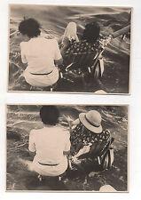 2 PHOTOS N1B Vue de dos Mer Femmes assises Vers 1950-1960 Les pieds dans l'eau