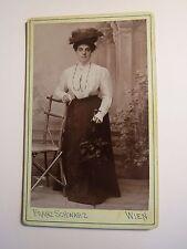 Wien - stehende Frau mit Hut und Schirm - Stuhl - Kulisse / CDV