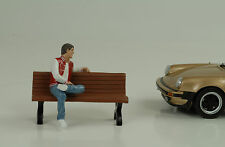 Homme assis Adam personnage figures figurines 1:24 AMERICAN DIORAMA no banque voiture