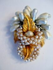 VINTAGE DeMARIO PEARL AND GOLD PLATED PIN LEAF AND PEARL DESIGN