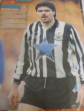 Circa anni 1990 AUTOGRAFO: Newcastle United-Mick Quinn [firmato magazine page/RAGG