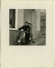 PHOTO ANCIENNE - VINTAGE SNAPSHOT - SCOOTER VESPA COUPLE AMOUREUX - LOVERS 1956