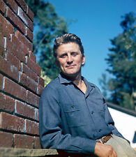 Kirk Douglas UNSIGNED photo - H5500 - HANDSOME!!!!!