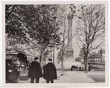 PHOTO ANCIENNE HUMANISTE Place de la Bastille Marchand de fleurs Gendarme PARIS