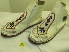 WOMEN'S VINTAGE MINNETONKA WHITE LEATHER ANKLE MOCCASINS WITH BEAD WORK SIZE 6