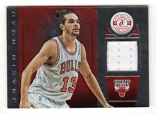 Joakim Noah NBA 2013-14 Totally Certified Materials Rojo (Chicago Bulls) #/99