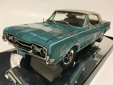 1/18 Highway 61 1967 Oldsmobile 4-4-2 Convertible Aquamarine white top 50112