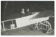Carte photo cpa pilotes aviateur et sa femme en avion bi-plan vers 1910