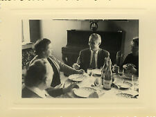 PHOTO ANCIENNE - VINTAGE SNAPSHOT - TABLE REPAS FAMILLE BOISSON PIANO - MEAL