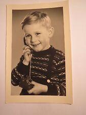 Kappeln Schlei - kleiner Junge mit Spielzeug Telefon / Foto