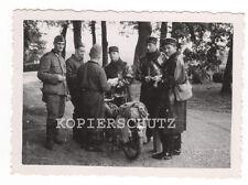 Original Foto deutsche Soldaten und französische Gendarmen / Polizei 2.WK