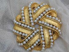 BEAUTIFUL LARGE ROUND GOLD TONE FAUX PEARL TWIST RIBBON BROOCH - NEW OLD STOCK