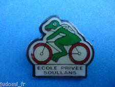 Pin's pin GRENOUILLE FROG A VELO ECOLE PRIVEE SOULLANS (ref L30)