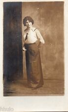 BD777 Carte Photo card RPPC Femme mode fashion cravate jupe longue vers 1920