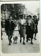 PHOTO AMATEUR SNAPSHOT 1940 CHIEN FOX TERRIER COUPLE FEMMES ENFANT SCENE DE RUE