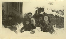 PHOTO ANCIENNE - VINTAGE SNAPSHOT - CHIEN NEIGE FAMILLE DRÔLE - DOG SNOW FAMILY