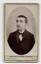 Photo des Grands Boulevards - CDV - Homme Moustaches Noeud Ovale - Vers 1900.