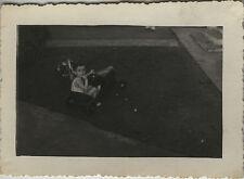 PHOTO ANCIENNE - VINTAGE SNAPSHOT - ENFANT VOITURE À PÉDALES TRICYCLE JOUET -TOY