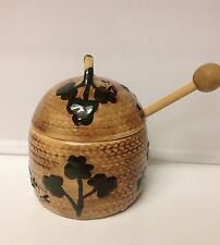 VINTAGE 1984 KD CERAMIC BEEHIVE SHAMROCK & BEES HONEYPOT WITH WOODEN DIPPER