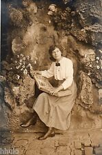 BD936 Carte Photo vintage card RPPC Femme woman regardant album photo ancien