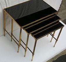Série de 3 tables gigognes  bronze doré plateaux opaline  noire
